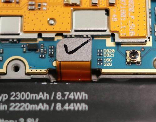 バッテリーコネクタのそばに小さい部品がある