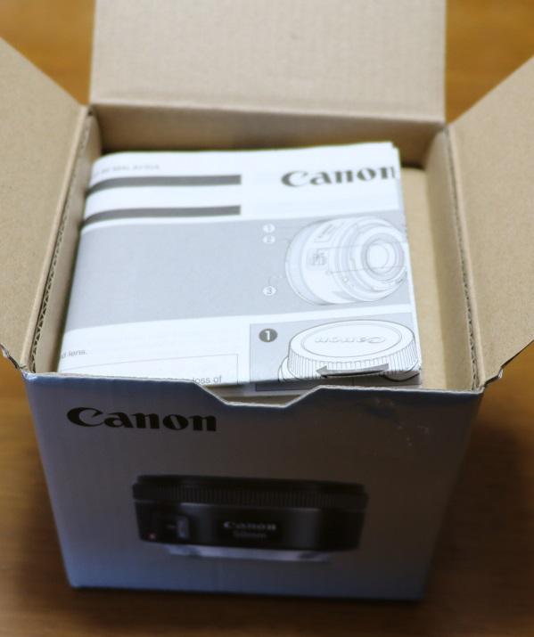 標準レンズ EF 50mm f/1.8 STMを開ける1