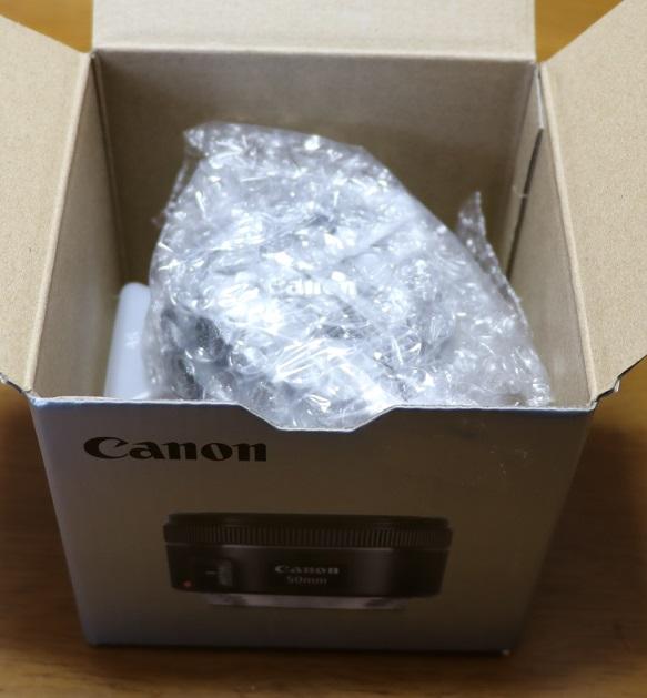 標準レンズ EF 50mm f/1.8 STMを開ける2