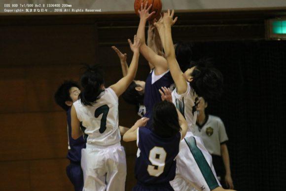 バスケットボールをする女子高校生