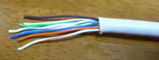 ケーブルにコネクタカバーを入れた後、線を真っ直ぐに伸ばす