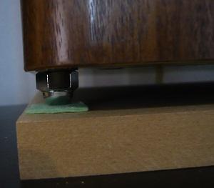 スピーカーの下に袋ナットとMDFボードを敷く