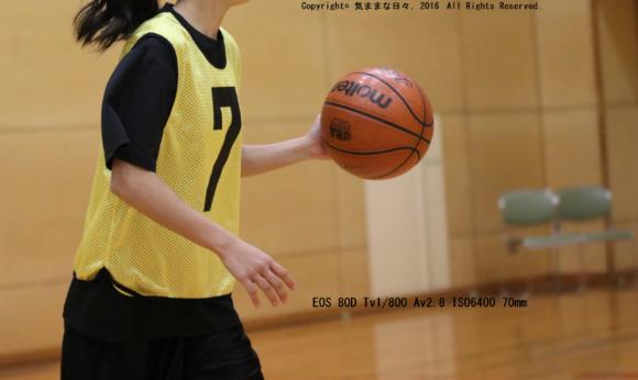 バスケットボールをする女子中学生