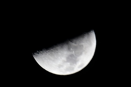 手振れした半月の写真