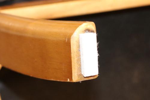 椅子の足に四角に切ったフェルトパッドを貼る
