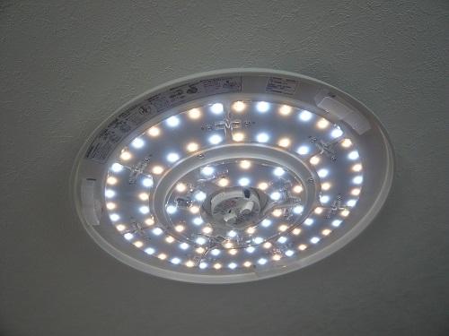 ニトリのLEDシーリングライト-内側が光った状態