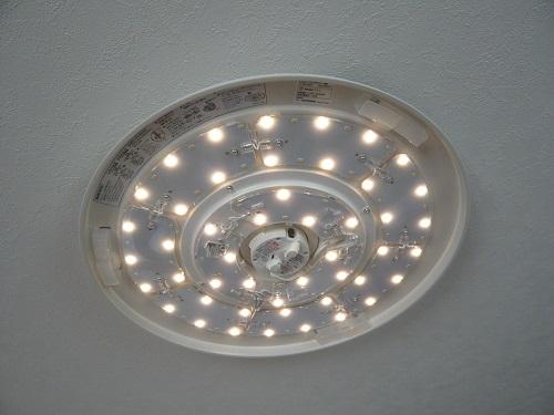 ニトリのLEDシーリングライト-暖色のみ点灯