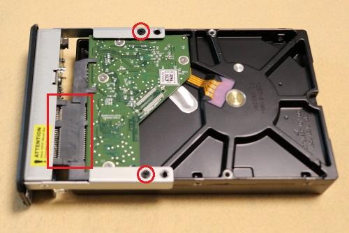 バックパネルにHDDを付けてねじを締める