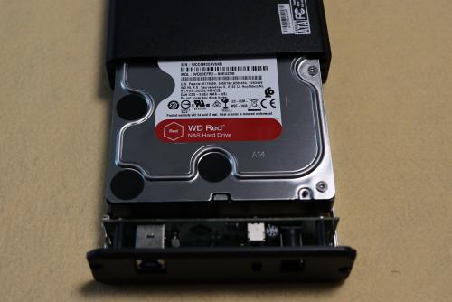 HDDをボディに挿し込む
