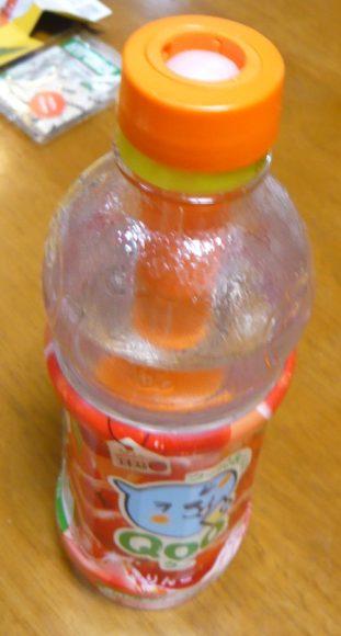 ペットボトルに水を入れる