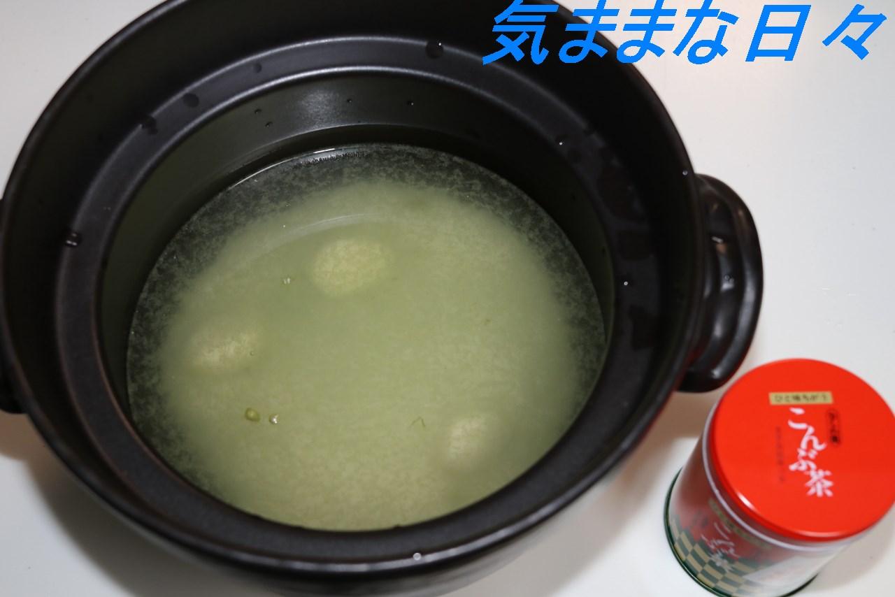 土鍋に材料を入れる