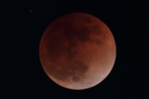 拡大した手振れした月