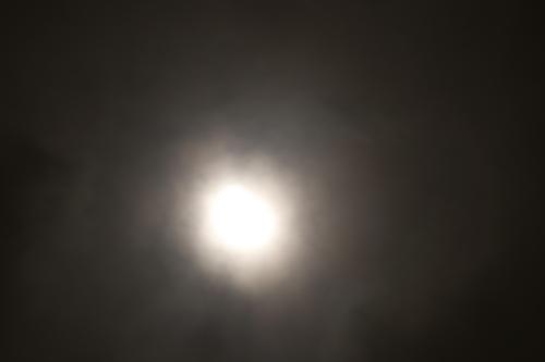 曇り空の月